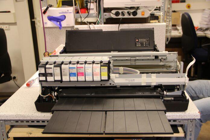 drukarka używana w pracowni poligraficznej